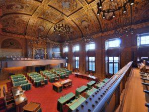 První komora nizozemského parlamentu, také eerste kamer, čili Senát. O místa v něm se bude bojovat v květnu a politik,kterému nyní vyhrožují,má velké šance. Zdroj:Wikimedia Commons